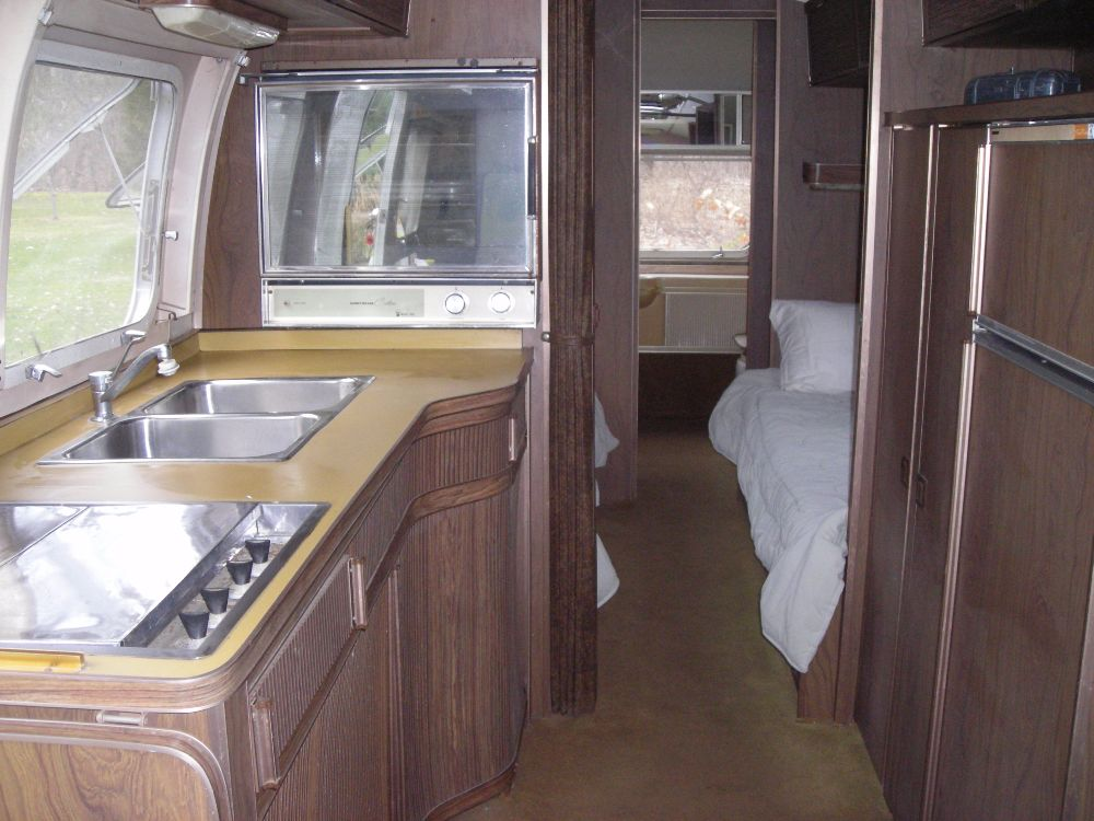 1972 Airstream Sovereign Land Yacht 31